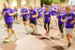 Grupo de corredores em vestidos azuis, borrão de movimento Fotos de Stock Royalty Free