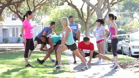 Grupo de corredores que calientan ante raza metrajes