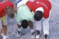 Grupo de corredores que esticam durante a maratona de Los Angeles, Los Angeles, CA Fotografia de Stock Royalty Free