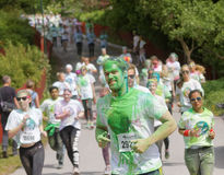Grupo de corrida, adolescentes felizes, sorrindo cobertos com o colorido Imagens de Stock