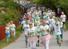Grupo de corrida, adolescentes felizes, sorrindo cobertos com o colorido Imagens de Stock Royalty Free