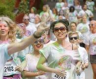 Grupo de corrida, meninas felizes, sorrindo cobertas com o colo colorido Fotografia de Stock