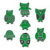 Grupo de corujas dos desenhos animados e de filhotes de coruja verdes e pretos em um fundo branco Foto de Stock Royalty Free