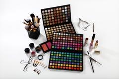 Grupo de cosméticos e de acessórios no fundo branco Fotos de Stock Royalty Free