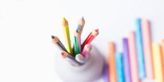 Grupo de CPencils colorido em gizes do copo Fundo do branco da vista superior Conceito da faculdade criadora dos ofícios das arte Fotografia de Stock Royalty Free