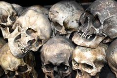 Grupo de crânios empilhados da escultura inoperante dos povos imagens de stock