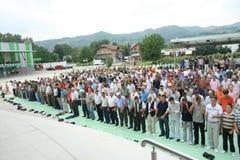 Grupo de crentes islâmicos na oração Fotos de Stock