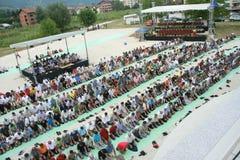Grupo de creyentes islámicos en rezo fuera de una mezquita Imagen de archivo