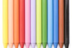 Grupo de creyones coloreados en la opinión superior del fondo blanco Fotografía de archivo libre de regalías