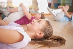 Grupo de crianças acopladas no treinamento físico. Imagens de Stock Royalty Free