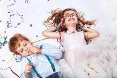 Grupo de crianças adoráveis que têm o divertimento na festa de anos fotografia de stock