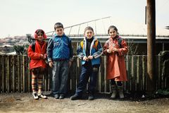 grupo de crianças bonitos da escola que esperam fora da classe para começar o dia fotos de stock