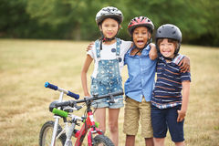 Grupo de crianças com bicicleta e 'trotinette' Fotos de Stock Royalty Free