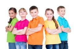 Grupo de crianças com braços cruzados imagem de stock