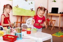 Grupo de crianças com lápis da cor. Fotos de Stock