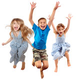 Grupo de crianças desportivos alegres felizes que saltam e que dançam fotografia de stock