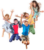 Grupo de crianças desportivos alegres felizes que saltam e que dançam imagem de stock royalty free