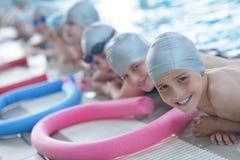 Grupo de crianças felizes das crianças na piscina Fotos de Stock