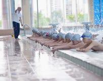 Grupo de crianças felizes das crianças na piscina Fotos de Stock Royalty Free