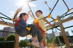 Grupo de crianças felizes no campo de jogos das crianças Foto de Stock Royalty Free