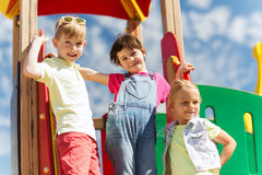 Grupo de crianças felizes no campo de jogos das crianças Imagens de Stock Royalty Free