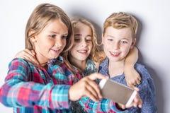 Grupo de crianças felizes no fundo do cinza do estúdio Fotografia de Stock