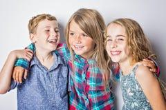 Grupo de crianças felizes no fundo do cinza do estúdio Imagem de Stock