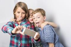 Grupo de crianças felizes no fundo do cinza do estúdio Fotos de Stock Royalty Free