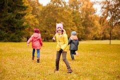 Grupo de crianças felizes que correm fora Imagens de Stock Royalty Free