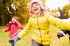 Grupo de crianças felizes que correm fora Fotografia de Stock Royalty Free