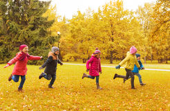 Grupo de crianças felizes que correm fora Imagens de Stock