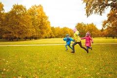 Grupo de crianças felizes que correm fora Fotos de Stock Royalty Free