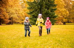 Grupo de crianças felizes que correm fora Fotografia de Stock