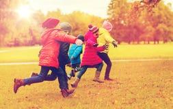 Grupo de crianças felizes que correm fora Foto de Stock Royalty Free