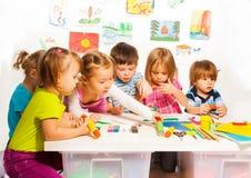 Grupo de crianças felizes que pintam e Foto de Stock Royalty Free