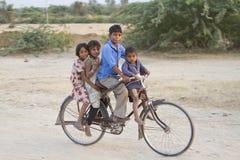 Grupo de crianças indianas na bicicleta Fotos de Stock