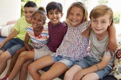 Grupo de crianças multiculturais na janela Seat junto imagem de stock