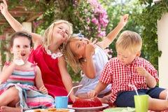 Grupo de crianças no partido de chá ao ar livre Imagens de Stock