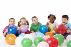 Grupo de crianças novas no estúdio com balões Imagens de Stock Royalty Free
