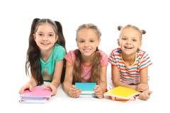 Grupo de crianças pequenas com fontes de escola fotografia de stock