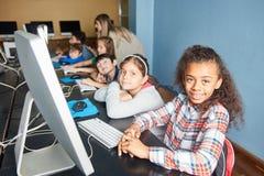 Grupo de crianças que aprendem o PC na informática  imagem de stock royalty free