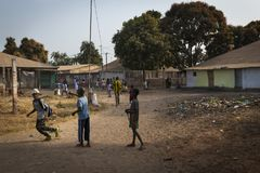 Grupo de crianças que jogam fora de sua escola após as classes, na vizinhança de Bissaque na cidade de Bissau Imagens de Stock