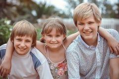 Grupo de crianças que jogam no parque Fotografia de Stock
