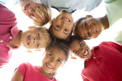 Grupo de crianças que jogam no parque Fotos de Stock