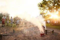 Grupo de crianças que olham fogos-de-artifício no quintal Imagens de Stock Royalty Free