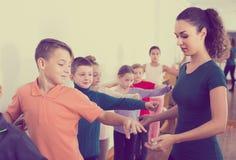 Grupo de crianças que praticam na barra do bailado imagens de stock royalty free