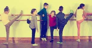 Grupo de crianças que praticam na barra do bailado imagem de stock royalty free