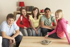 Grupo de crianças que prestam atenção à tevê em casa fotos de stock royalty free
