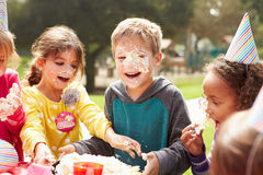 Grupo de crianças que têm a festa de anos exterior Fotos de Stock Royalty Free