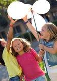 Grupo de crianças que têm o divertimento no parque Foto de Stock